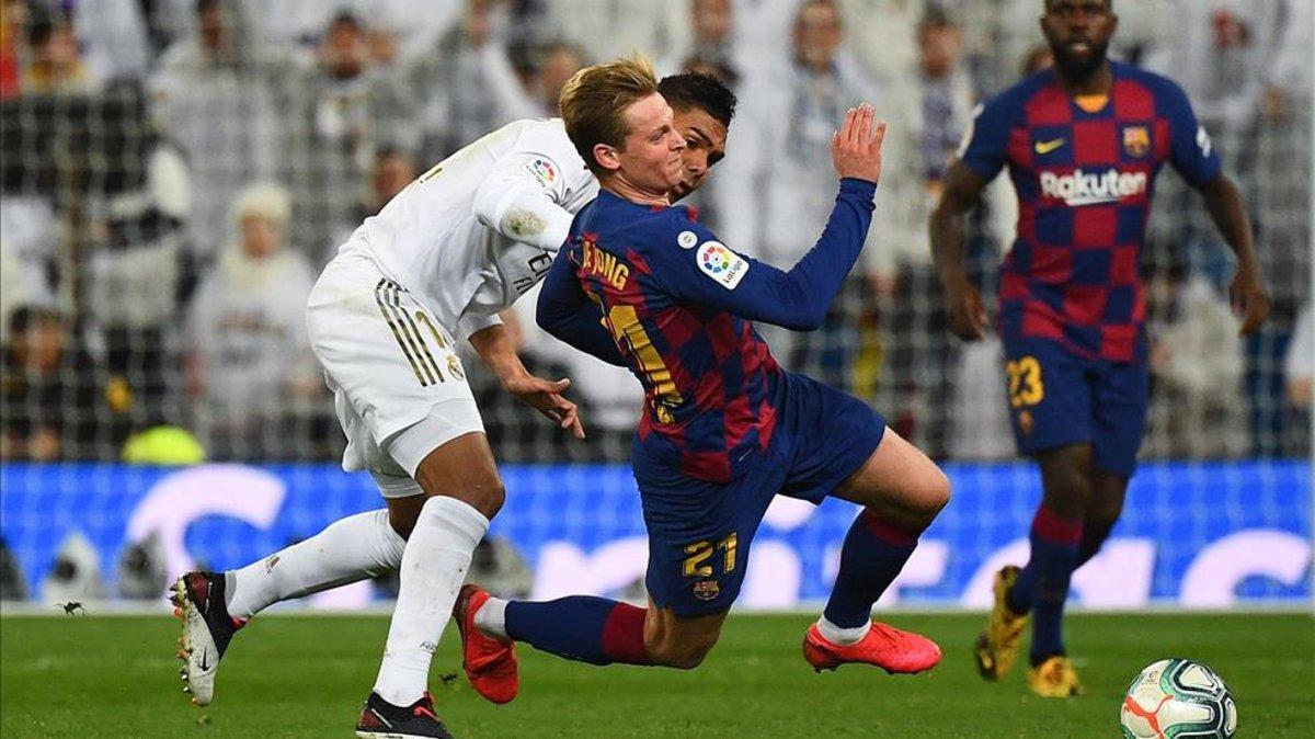 De Jong lucha con Casemiro por un balón en el último clásico