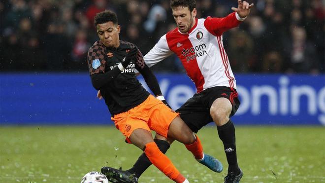 El delantero del PSV Donyell Malen (izquierda) con el brasileño del Feyenoord Eric Botteghin durante el PSV-Feyenoord de la Eredivisie 2019/20