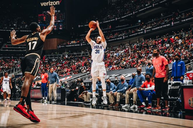 Seth Curry lanza a canasta durante el sexto partido de la serie Hawks-Sixers.