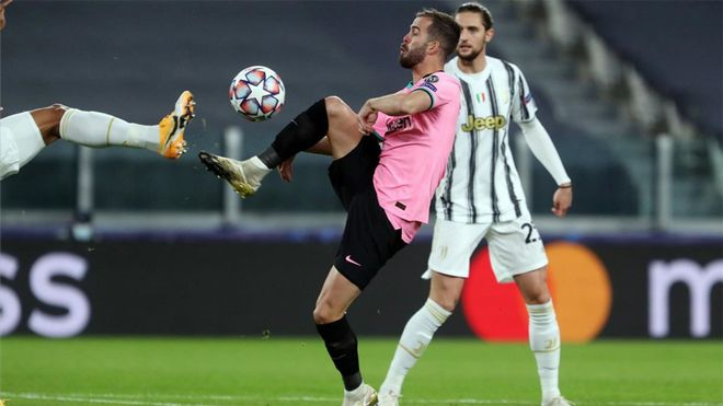Miralem Pjanic y Adrien Rabiot en una acción del Juventus-Barça de la Champions 2020/21