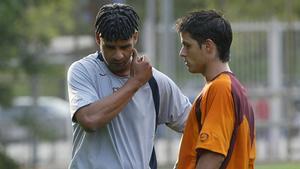 Óscar López junto a Frank Rijkaard durante su etapa en el FC Barcelona