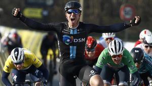 Cees Bol celebra su victoria en la meta