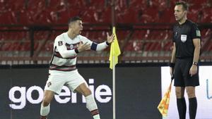 Cristiano Ronaldo terminó desesperado ante el asistente