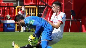 El jugador del Sevilla Carlos Fernández presiona al portero del Granada Rui Silva, durante el partido de la sexta jornada de Liga de Primera División