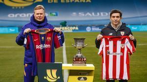 Koeman y Marcelino posando junto al trofeo de la Supercopa