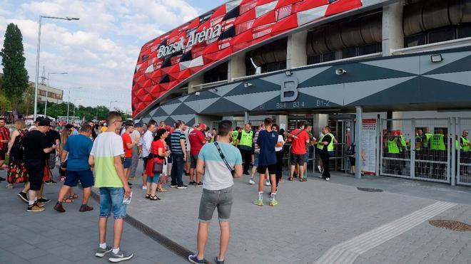 Personas delante del estadio Bozsik Arena