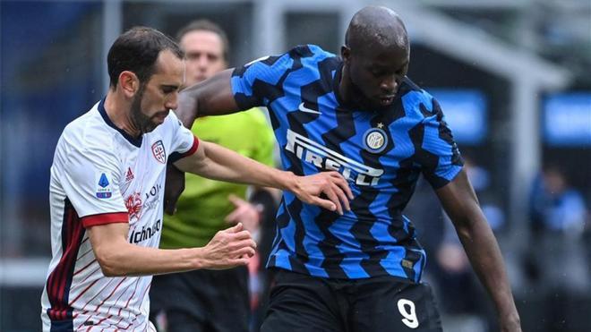 Godín lucha con Lukaku en el Cagliari - Inter