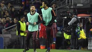 Busquets calentó en la banda junto a Leo Messi, también suplente