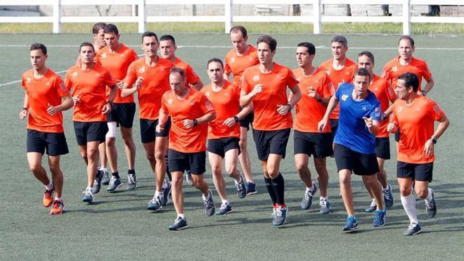 Árbitros y asistentes de primera división, entrenando