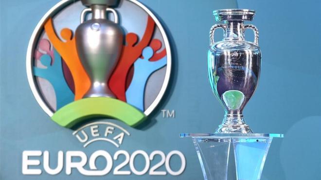El trofeo y el logotipo de la Eurocopa 2020.