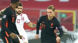 De Jong conduce el cuero en un lance del encuentro ante Polonia