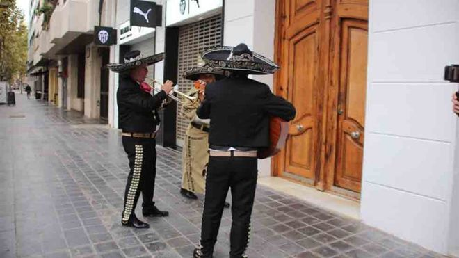 Los mariachis recibieron a Peter Lim
