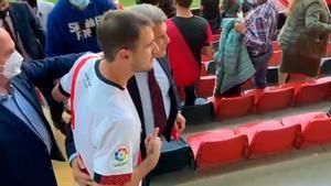 ¡Locura con Laporta en su llegada al Estadio de Vallecas!