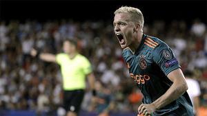 Exquisita asistencia de Tadic y golazo de Van de Beek para sentenciar al Valencia