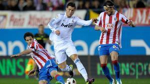 Ujfalusi defendiendo a Cristiano Ronaldo en el Vicente Calderón