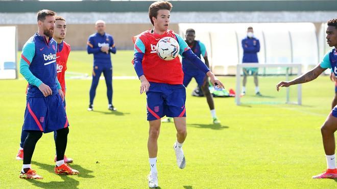 Dest, Riqui y Mingueza se incoporan a los entrenamiento; repiten Piqué y Sergi Roberto