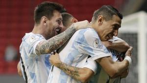 Leo Messi celebra con sus compañeros el gol que dio el triunfo a Argentina
