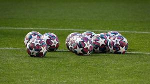 Balones de la Champions League sobre un terreno de juego