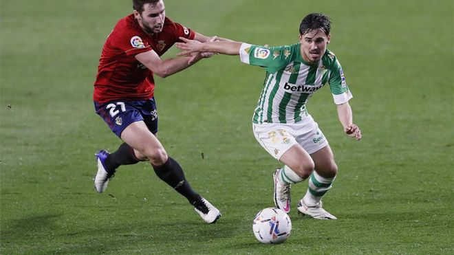 Rodrigo Sánchez contra Moncayola en un partido ante Osasuna