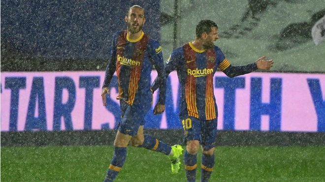 Mingueza remató con el tobillo y el Barça se mete en la pelea. Así narró la radio el gol del Barça en el Clásico