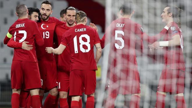 Burak Yilmaz celebra un gol de la selección de Turquia