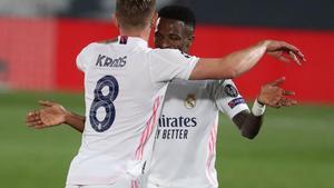 Toni Kroos y Vinicius celebran el 1-0 ante el Liverpool