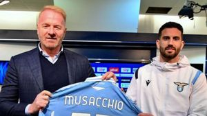 Igli Tare, director deportivo y exfutbolista de la Lazio, presentando a Musacchio