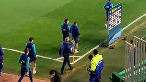 Messi entra de corto al vestuario