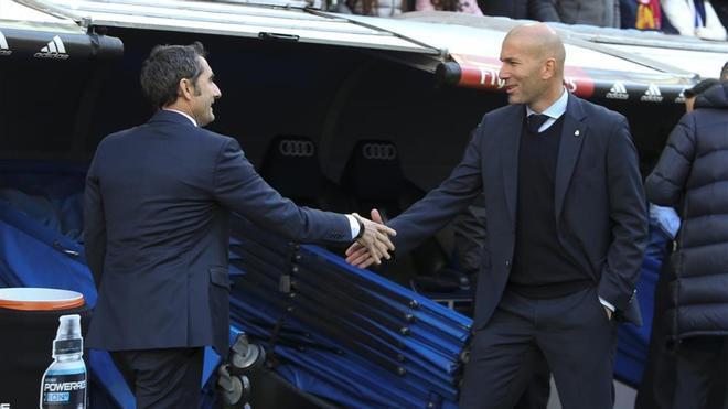 Zinedine Zidane saluda a Ernesto Valverde antes del último Real Madrid-Barça