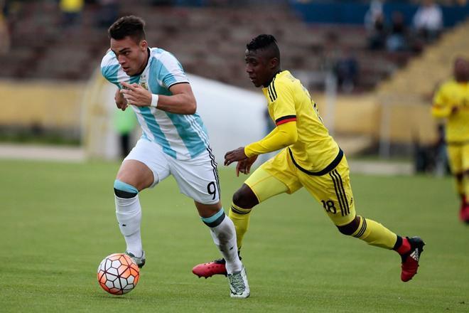 Lautaro Martínez (i) conduce el balón ante el colombiano Harold Balanta durante un partido entre Argentina y Colombia por el Sudamericano Sub20 Ecuador 2017, en el estadio Atahualpa de Quito (Ecuador).