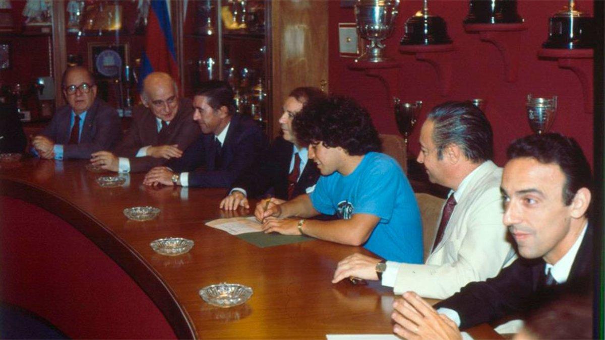 El día que Maradona firmó su contrato con el Barça