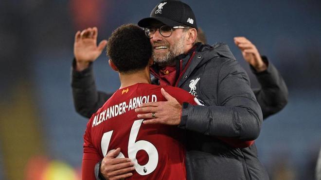Klopp abraza a Arnold, autor de un gol y dos aistencias