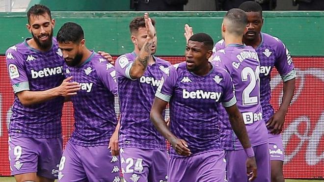 Borja Iglesias, celebrando un gol con Fekir