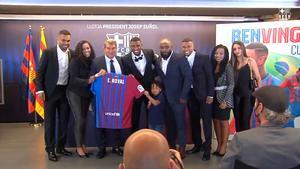 Emerson posa junto a su familia con la camiseta del Barça