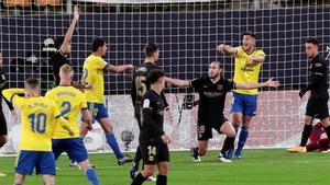 Mingueza reclama su falta en el gol del Cádiz