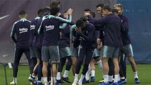 Baño de collejas de la plantilla del Barça a Dembélé