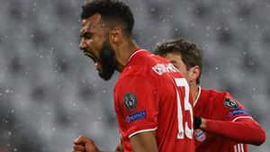 Eric Maxim marcó el primero del Bayern con la testa