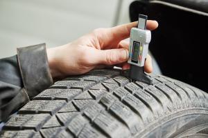 Llevar los neumáticos desgastados puede costarte hasta 800 euros de multa