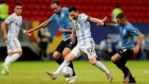 Leo Messi, que fue el mejor de Argentina, en una acción ofensiva