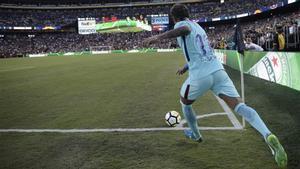 Neymar Junior lanza un córner en el Barça-Manchester United