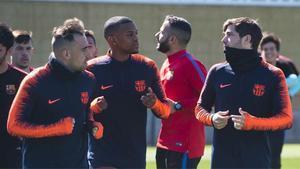El FC Barcelona se entrena sin Vermaelen