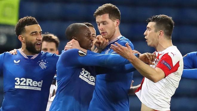 Kúdela y Kamara peleándose en el Rangers-Slavia