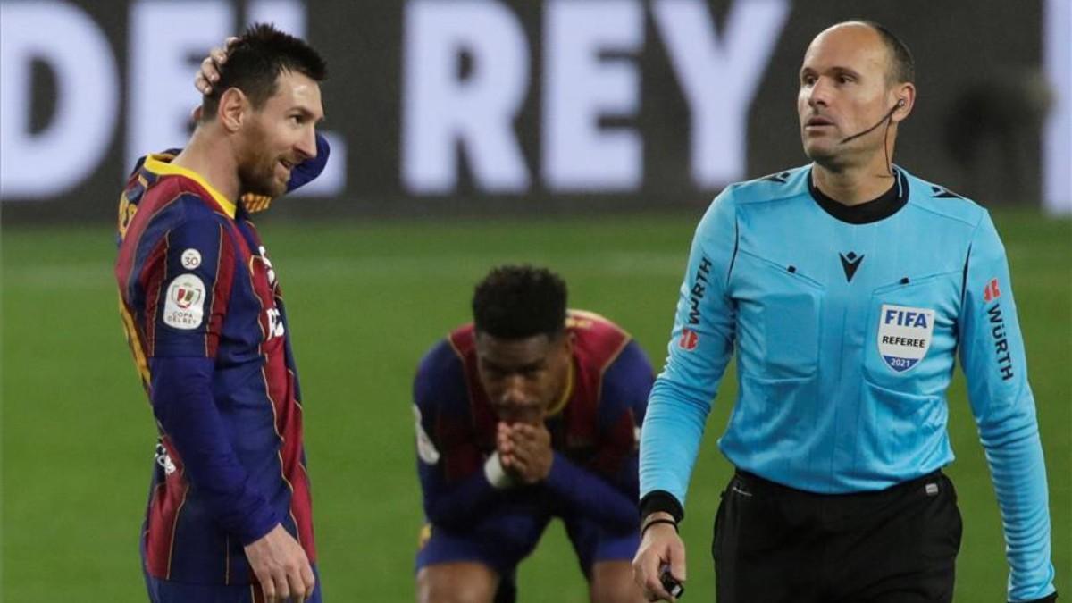 Mateu Lahoz, en un partido del Barça
