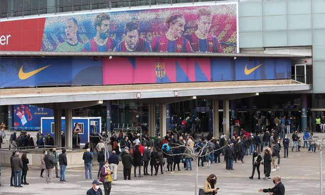 Exterior del Camp Nou durante la jornada electoral
