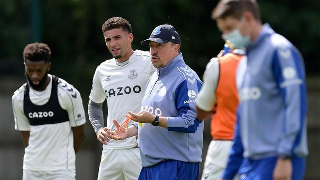 Rafa Benítez dirigiendo un entrenamiento del Everton
