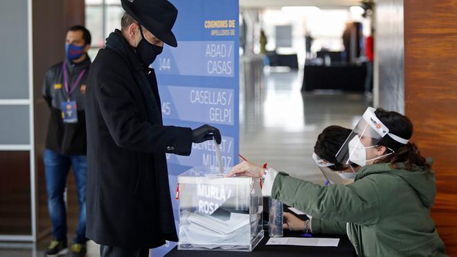 Un socio depositando su voto en Girona
