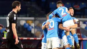 Insigne celebra junto a sus compañeros uno de sus dos goles al Bolonia