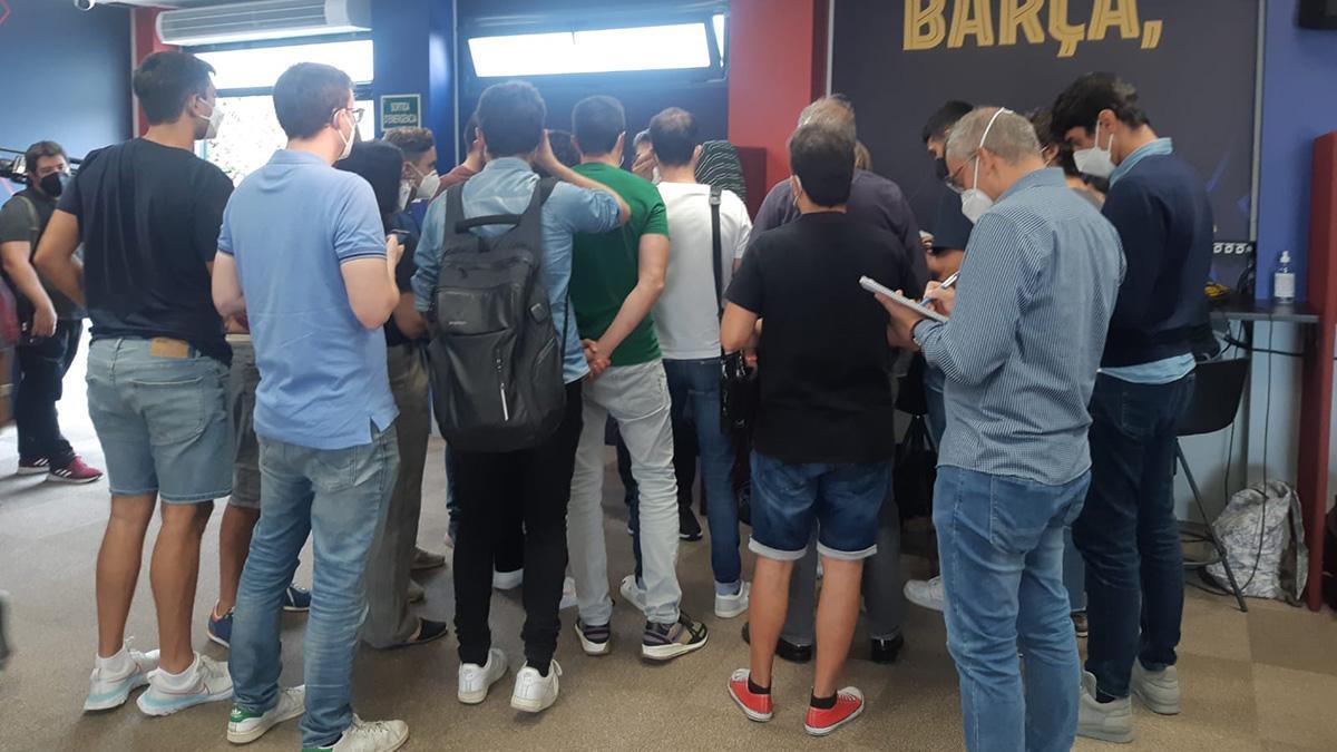 Los periodistas, recibiendo las indicaciones del departamento de prensa del FC Barcelona