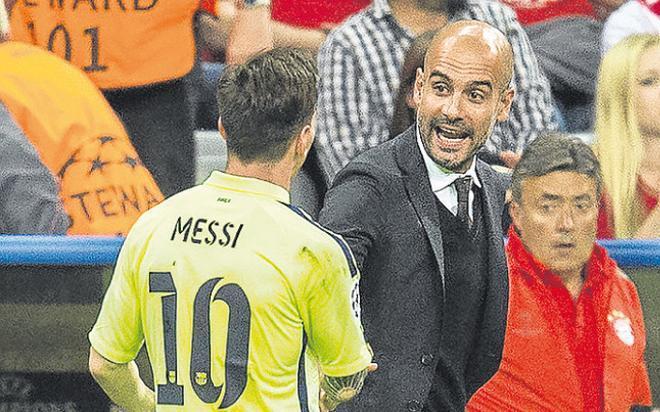 Leo Messi y Pep Guardiola dialogan en el descanso del Bayern-Barça de la Champions 2014-15