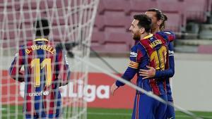 Leo Messi y Antoine Griezmann celebran el primer gol del FC Barcelona ante el Huesca
